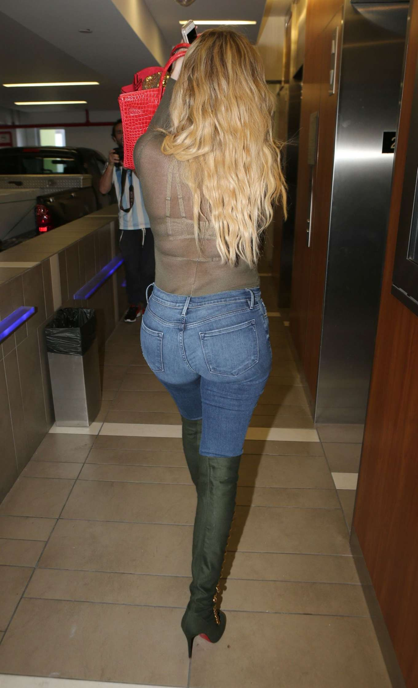Khloe Kardashian Booty In Jeans 10 Gotceleb