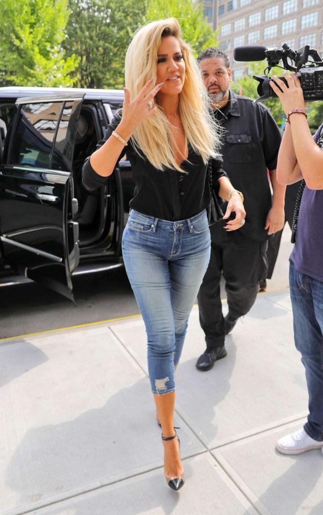 Kourtney Kardashian keeps straight face with beau in Paris