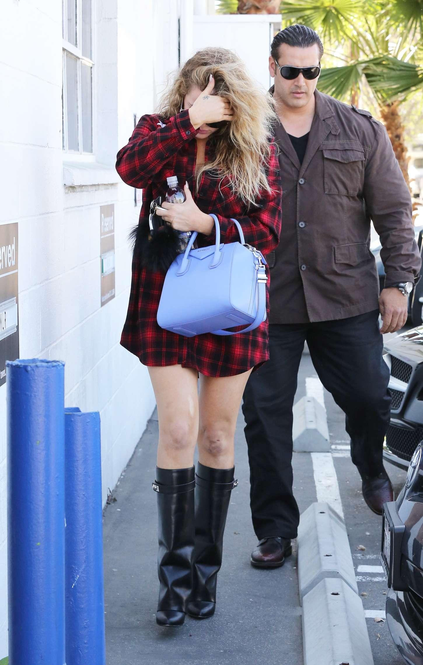 Khloe Kardashian 2015 : Khloe Kardashian in Red Shirt -01
