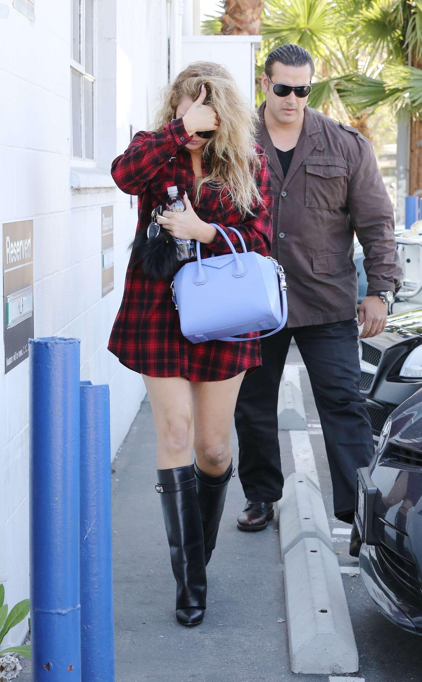 Khloe Kardashian 2015 : Khloe Kardashian in Red Shirt -11