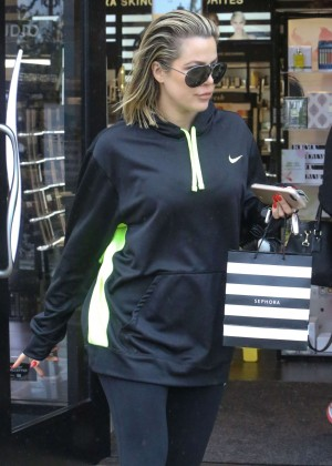 Khloe Kardashian - Shopping at Sephora in Calabasas