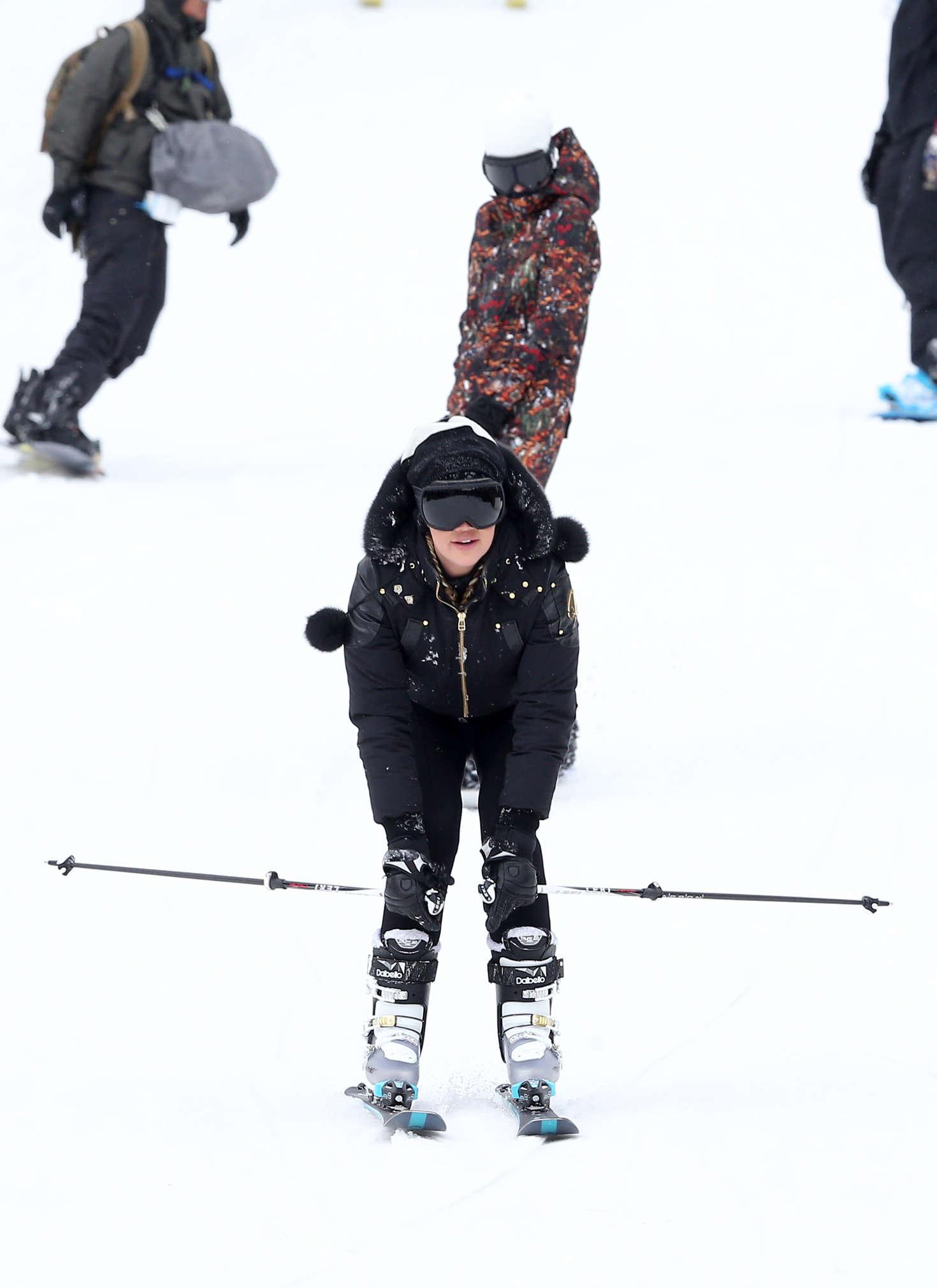 Khloe Kardashian 2016 : Khloe Kardashian: Skiing in Colorado -01