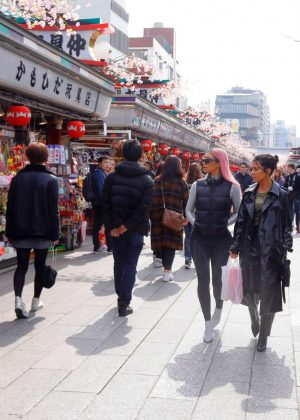 Kim and Kourtney Kardashian - Have a day of shopping in Tokyo