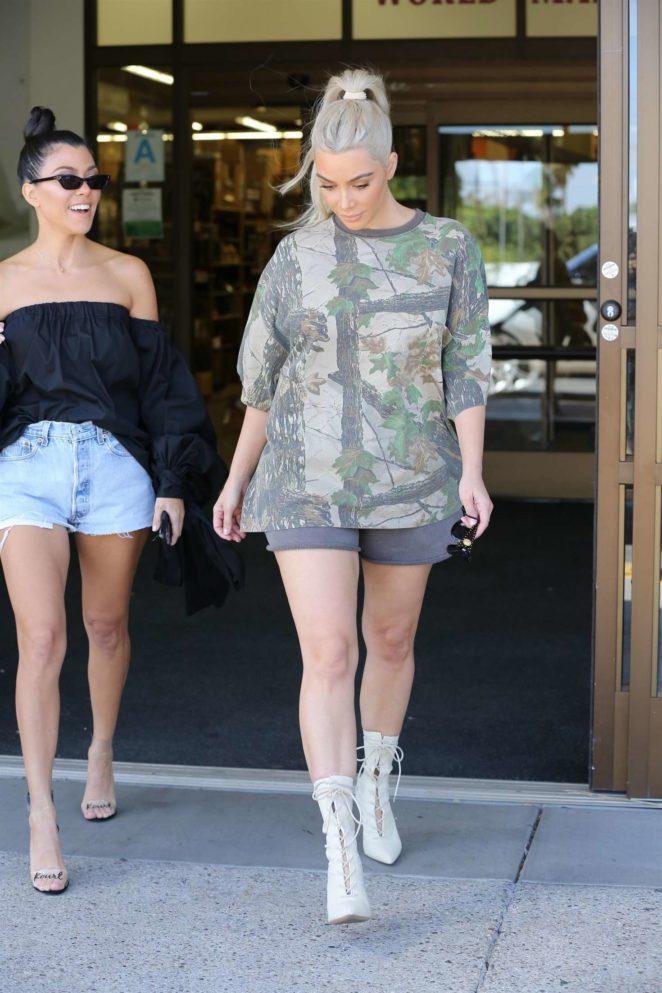 Kim And Kourtney Kardashian Shopping At Buybuy Baby 01 Gotceleb