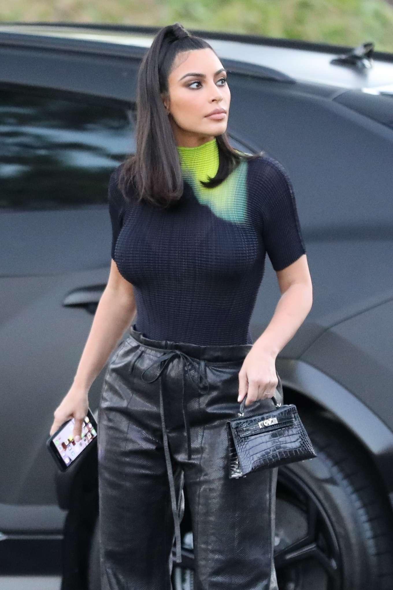 Kim Kardashian - Arrives at the Commons Shopping Mall in Calabasas