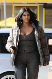 Kim Kardashian - Arrives at the Grandville Restaurant in Studio City