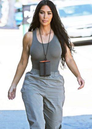 Kim Kardashian - Arriving at an art studio in Los Angeles