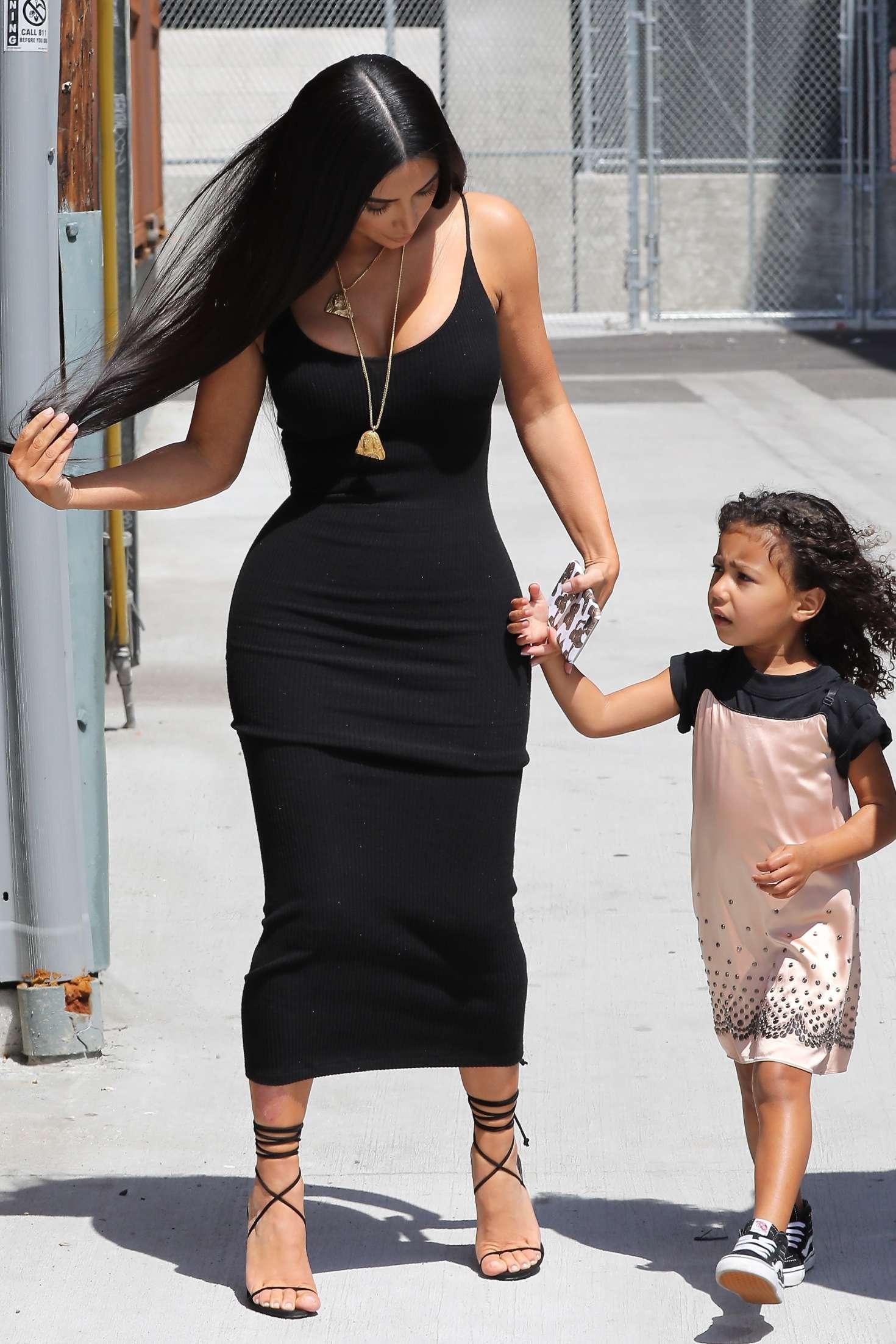 Kim Kardashian Arriving at baby shower 24 GotCeleb