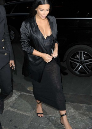 Kim Kardashian - Arriving at Charles de Gaulle Airport in Paris
