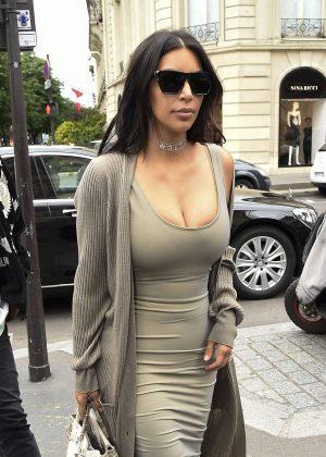 Kim Kardashian Arriving at L'Avenue Restaurant in Paris