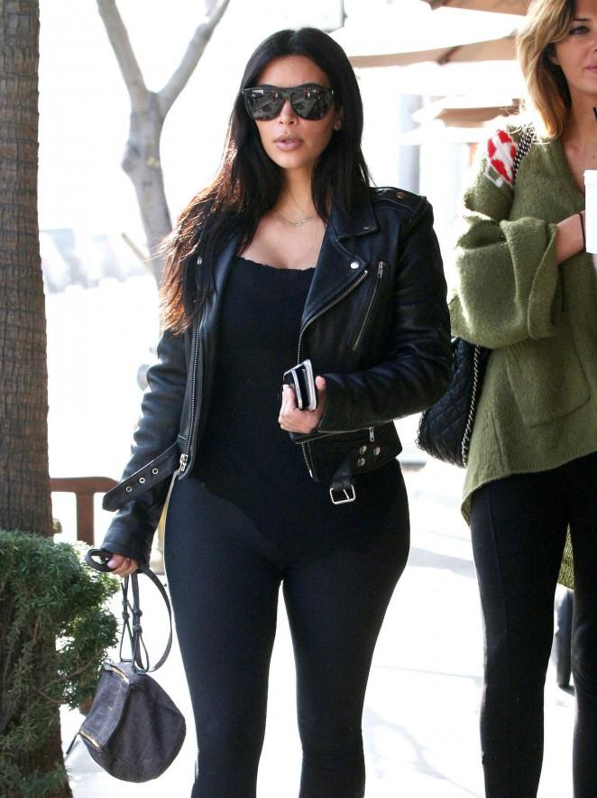 Kim-Kardashian-in-Leggings-at-Il-Pastaio