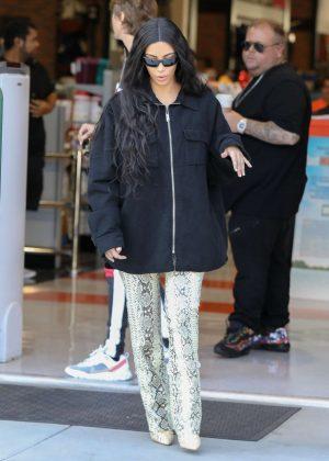 Kim Kardashian - Films a scene for KUWTK in Thousand Oaks