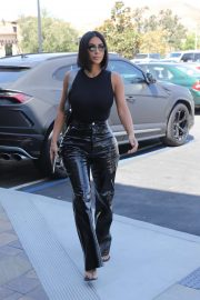 Kim Kardashian - Grabbing breakfast in Calabasas
