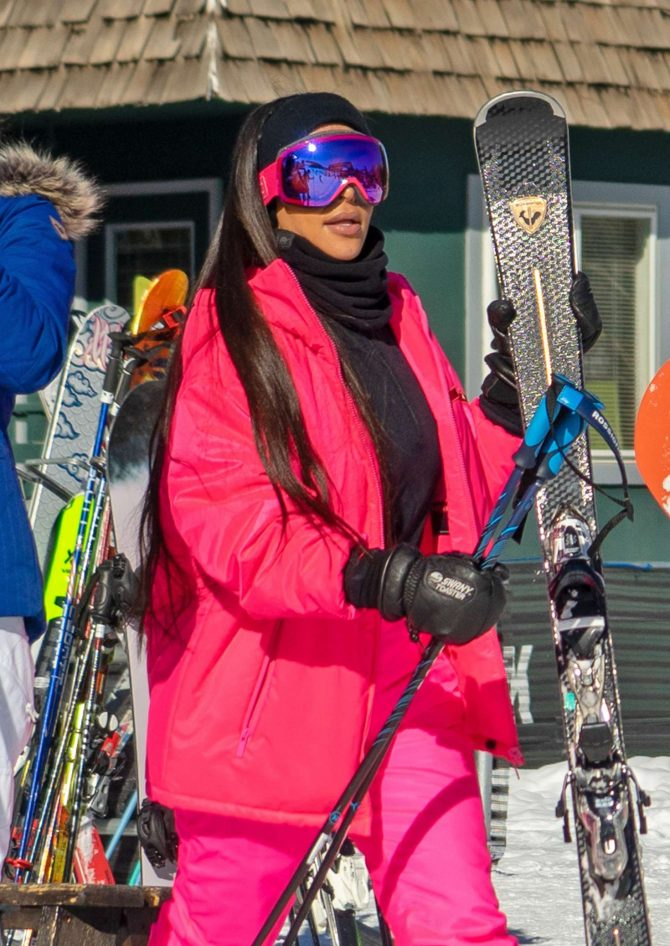 Kim Kardashian – Hitting the slopes in Aspen