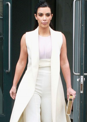 Kim Kardashian - Leaving her apartment in New York