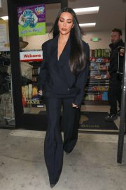 Kim Kardashian - Stops by a Shell gas station in Westwood