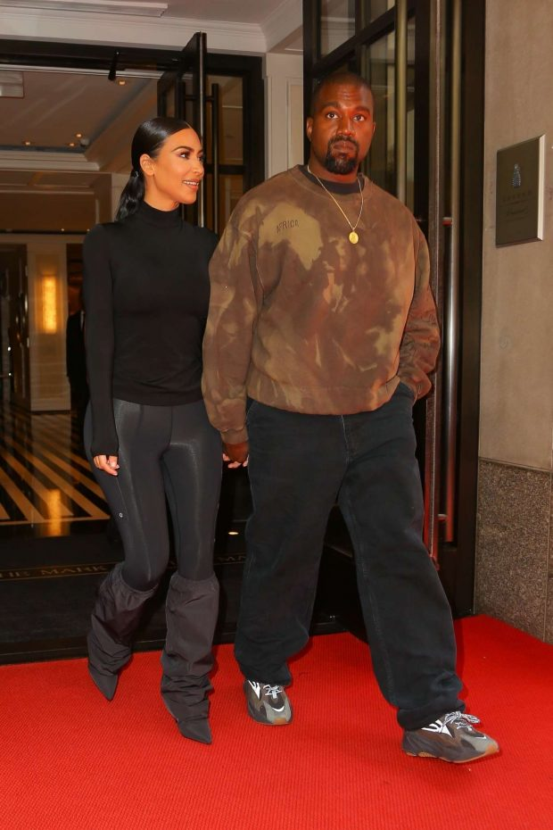 9189737498bf Kim Kardashian with Kanye West: Exit their hotel in New York -09 ...