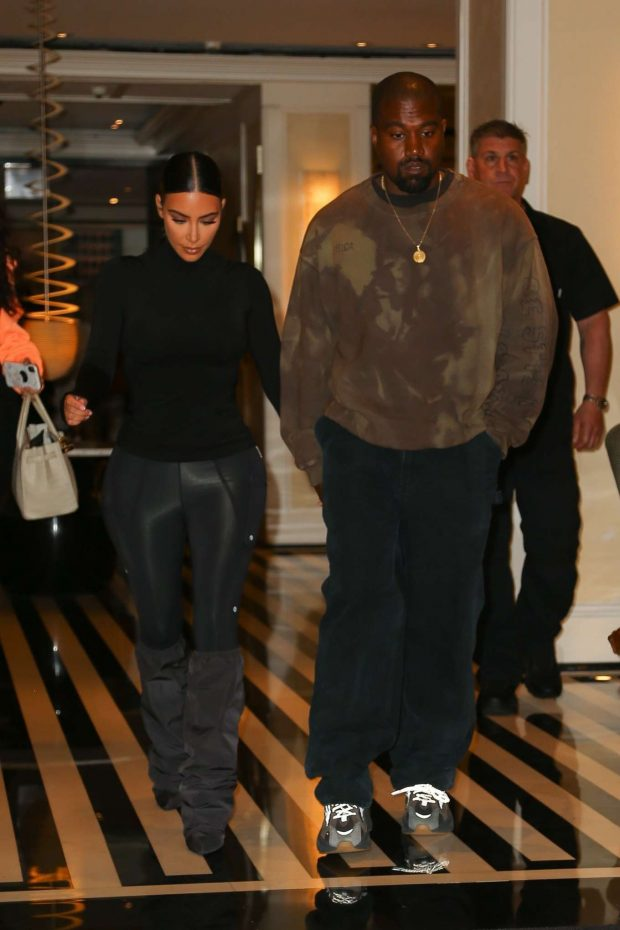 08ea8dd589c3 Kim Kardashian with Kanye West: Exit their hotel in New York -20 ...