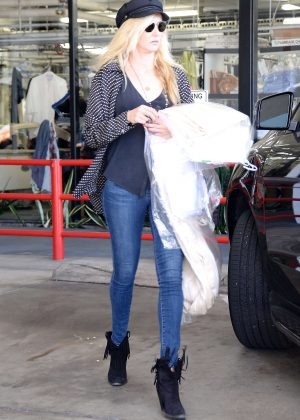 Kimberly Stewart - Picks up her dry cleaning in West Hollywood