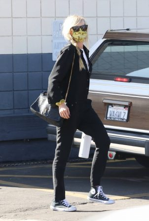 Kimberly Stewart - With her new Range Rover getting windows tinted in Los Angeles