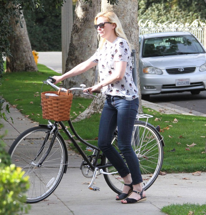 Kirsten Dunst – Riding a Bike -11