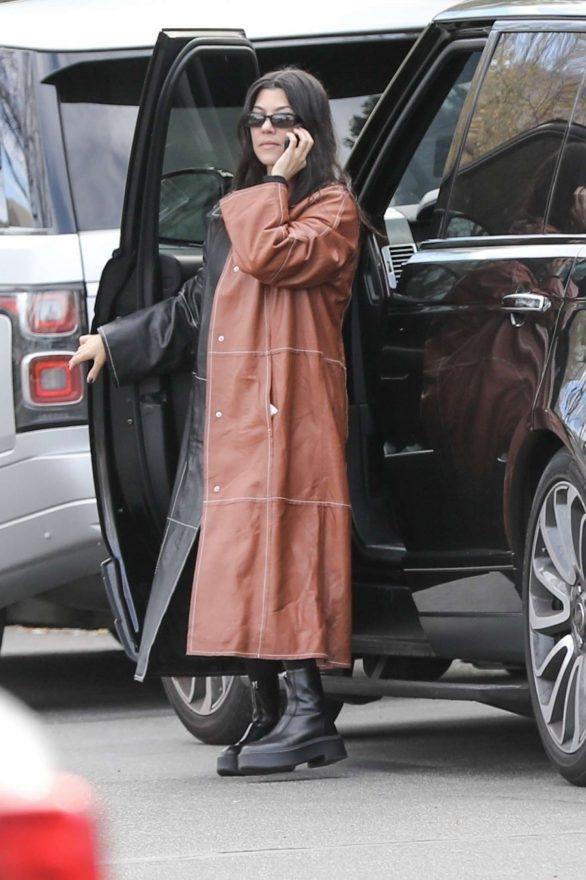 Kourtney Kardashian - Arrives at Kris Jenner's office in Los Angeles