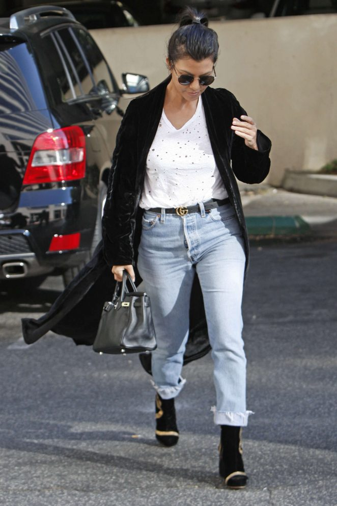 Kourtney Kardashian: Arriving at an art class -03