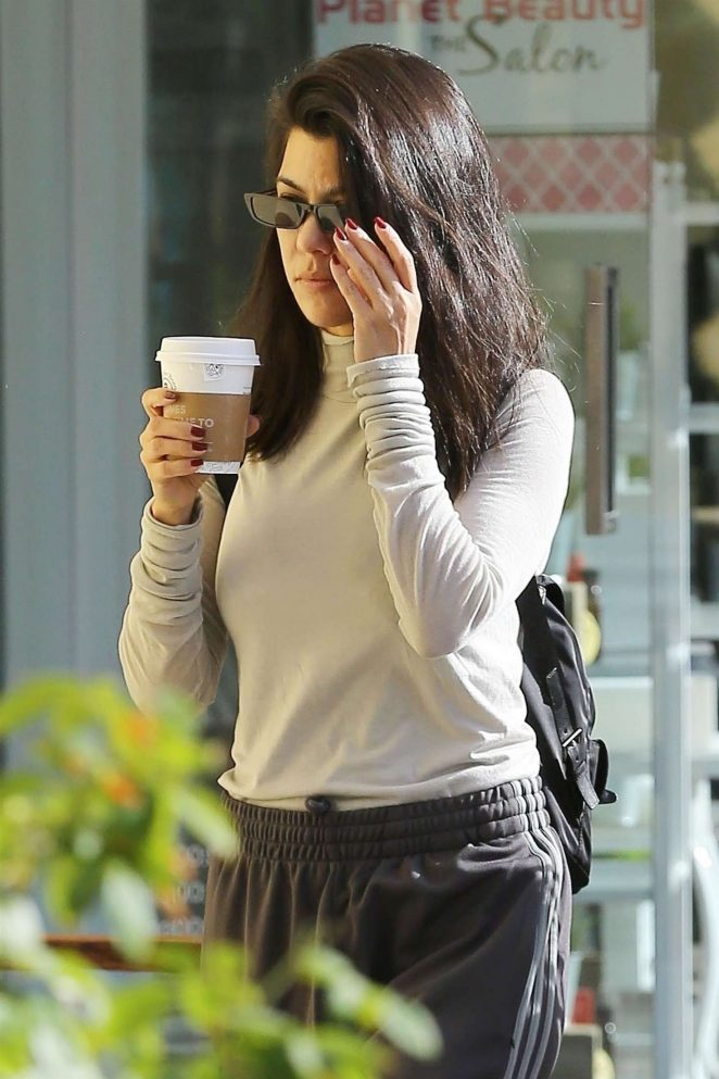 Kourtney Kardashian - Grabs lunch in Calabasas