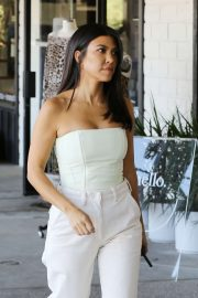 Kourtney Kardashian in All White - Out for breakfast in Calabasas