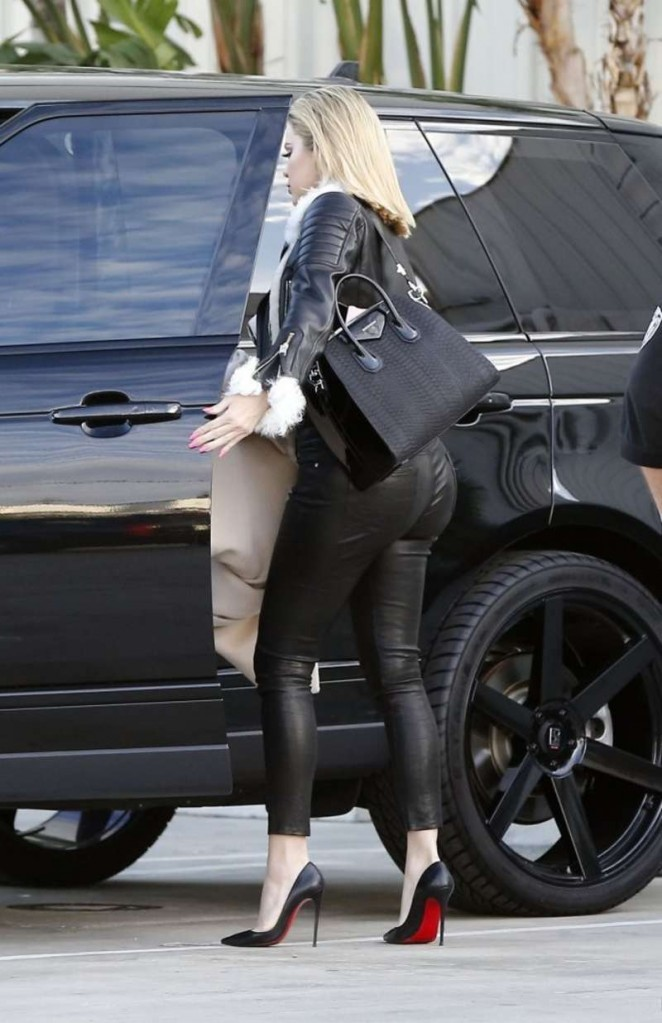Khloe Kardashian 2016 : Kourtney Kardashian in Tight Pants -09