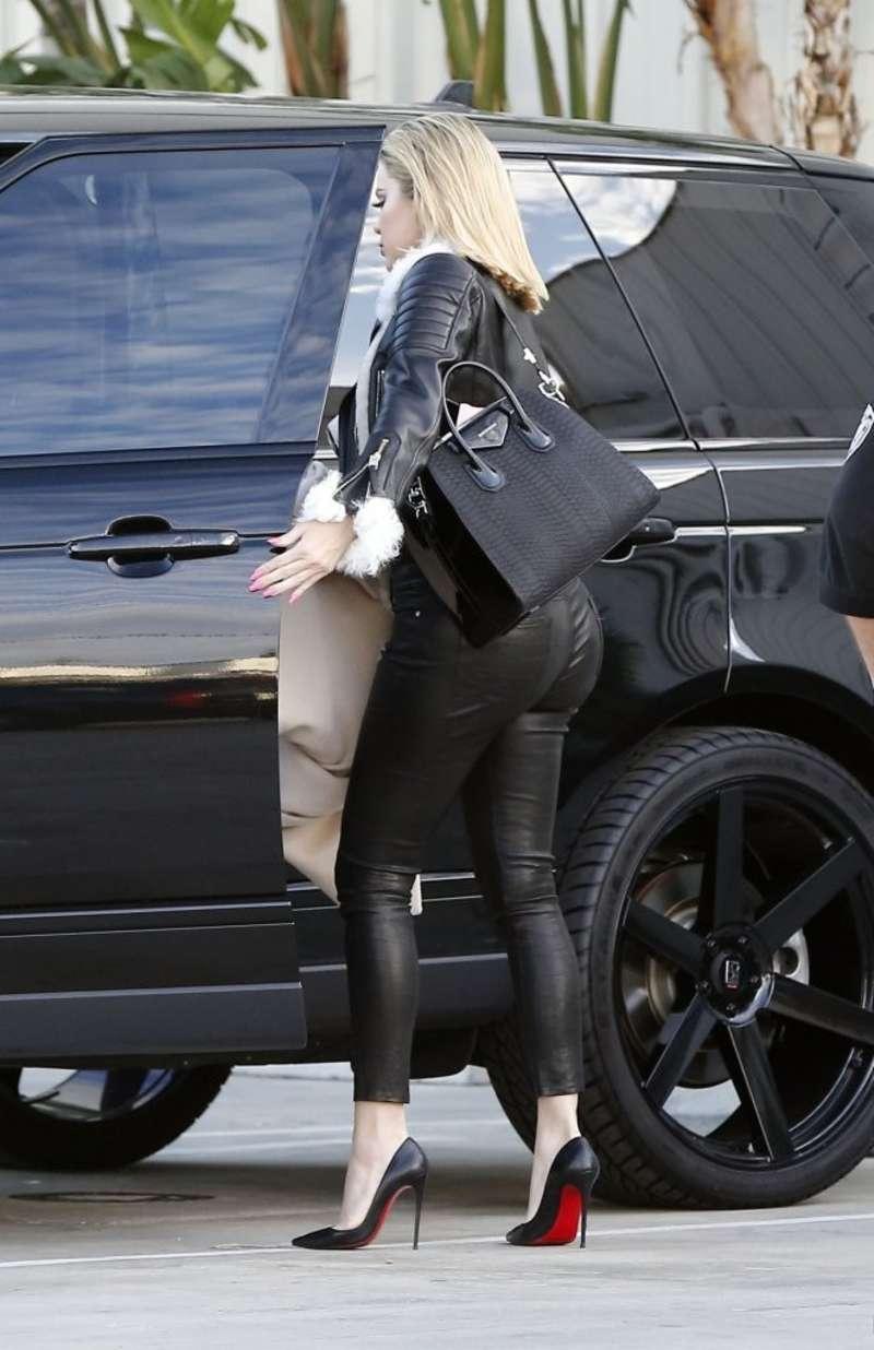 Khloe Kardashian 2016 : Kourtney Kardashian in Tight Pants -09