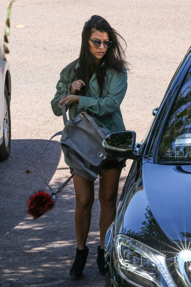 Kourtney Kardashian – Out for lunch in Calabasas