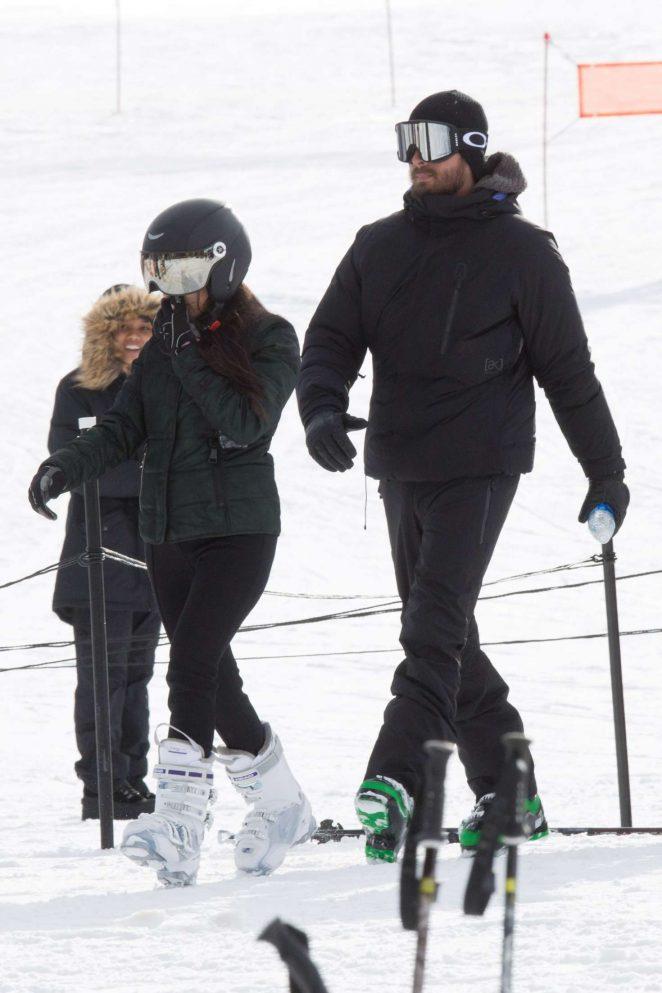 Kourtney Kardashian – Skiing in Aspen