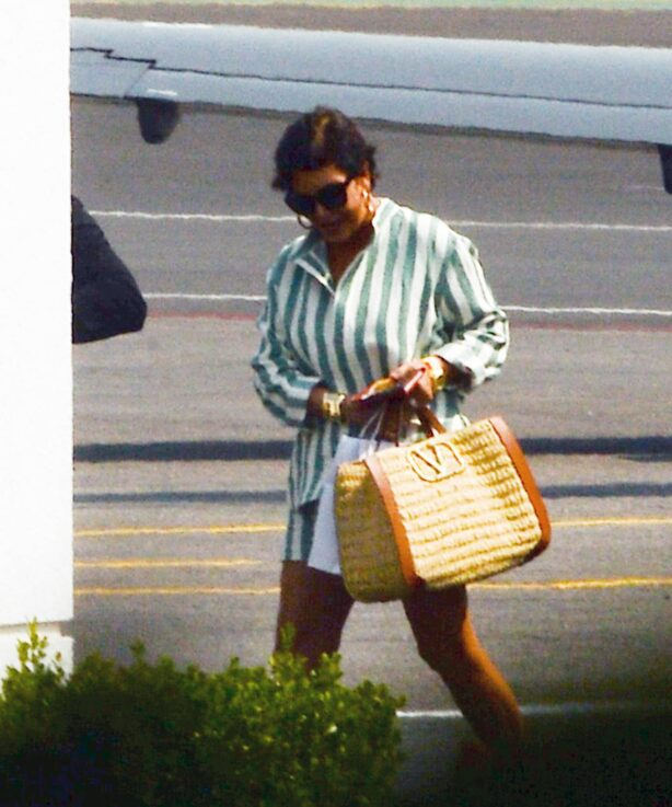 Kris Jenner - Spotted returning to Los Angeles