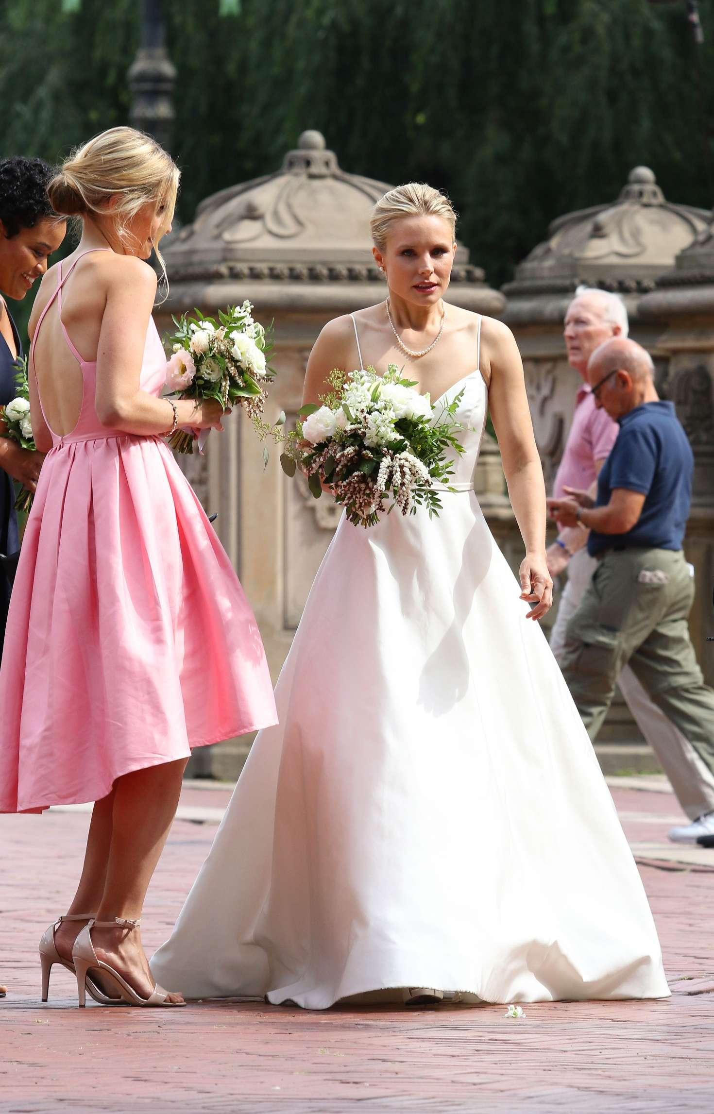 Kristen Bell Dons A Wedding Dress Filming Like Father 48 Gotceleb