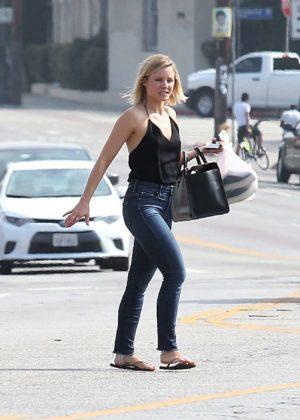 Kristen Bell - Leaving a nail salon in Los Angeles