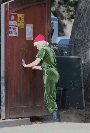 Kristen Bell - Seen outside her new home in Los Feliz