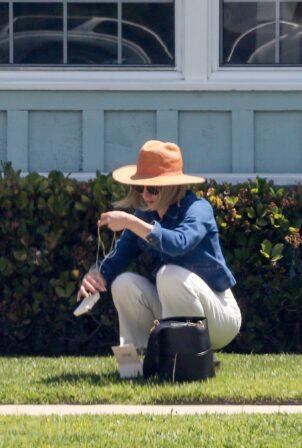 Kristen Bell - Seen visiting a friend in Los Angeles