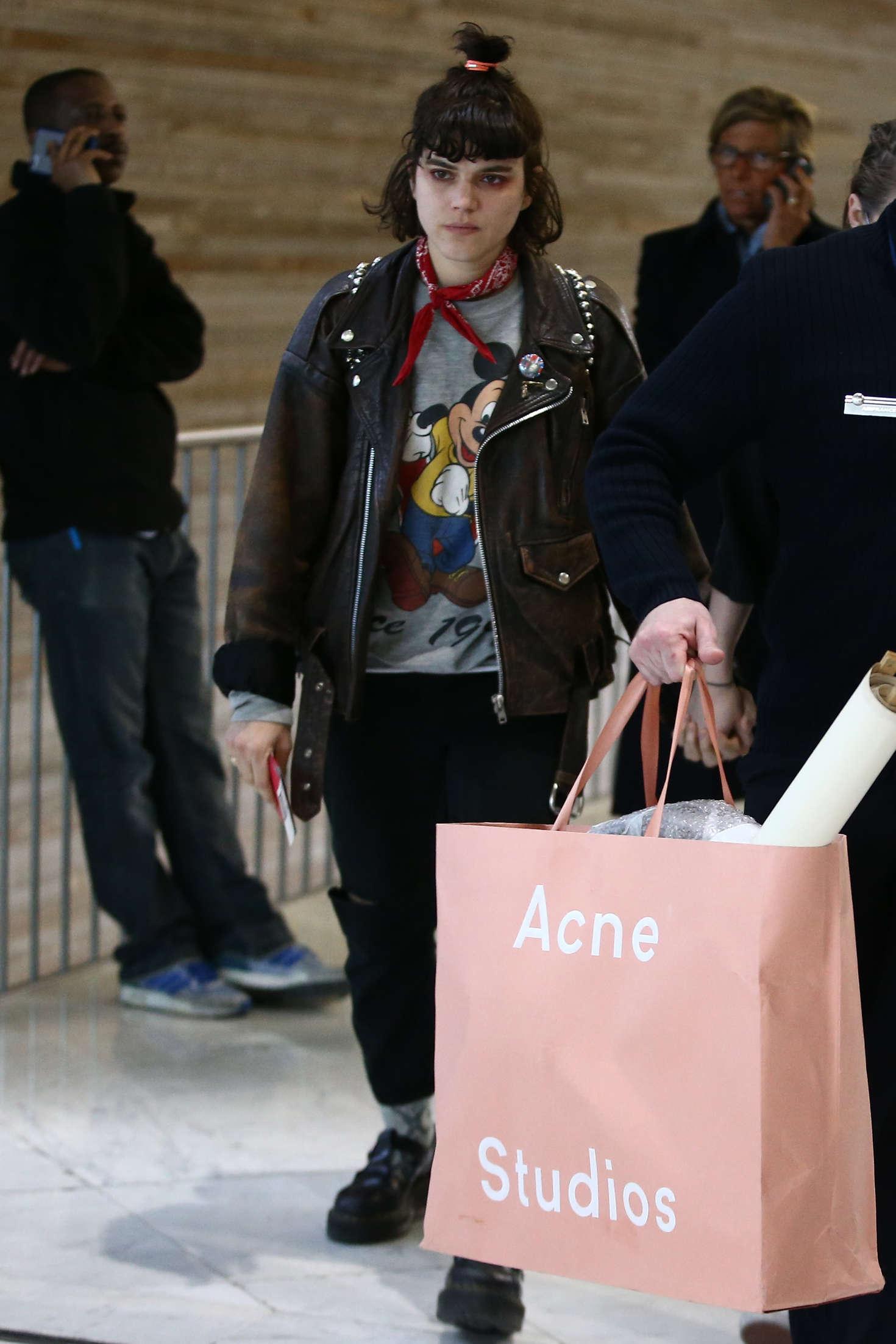 Kristen Stewart 2016 : Kristen Stewart and girlfriend SoKo at Charles de Gaulle Airport -14
