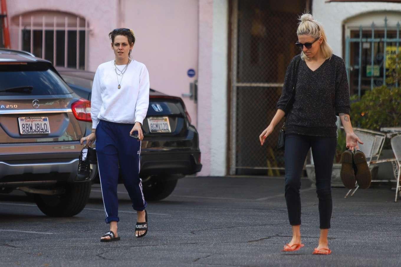 Kristen Stewart 2019 : Kristen Stewart – Exiting a nail spa in Hollywood-05