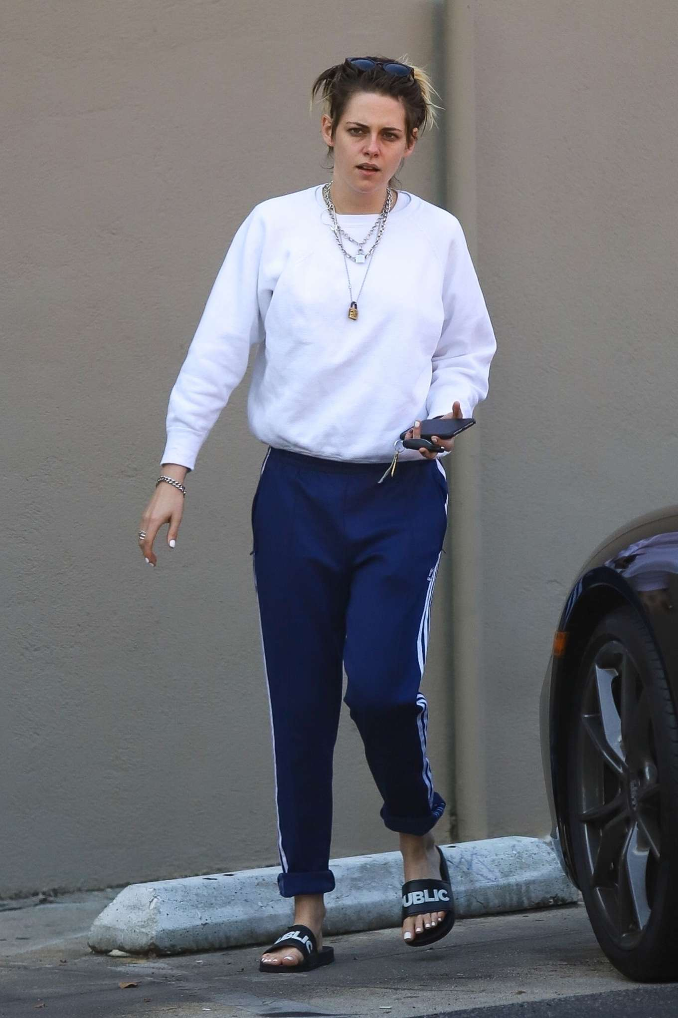 Kristen Stewart 2019 : Kristen Stewart – Exiting a nail spa in Hollywood-18