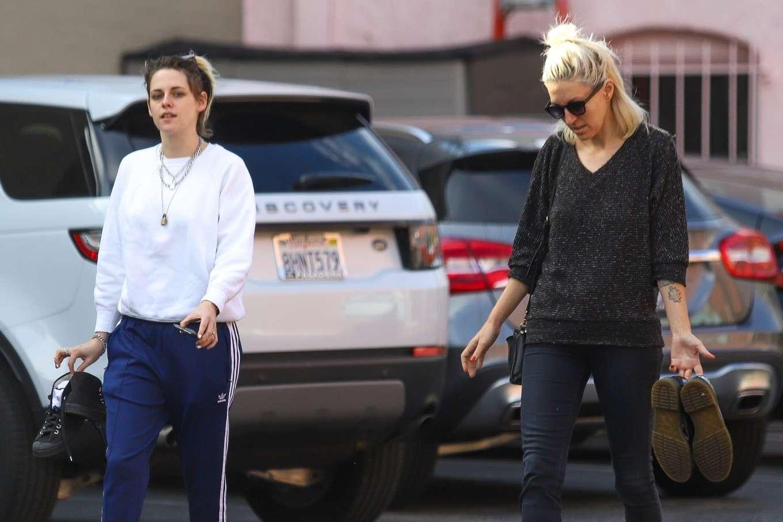 Kristen Stewart 2019 : Kristen Stewart – Exiting a nail spa in Hollywood-22