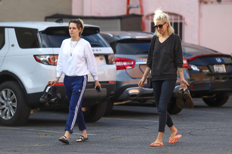 Kristen Stewart 2019 : Kristen Stewart – Exiting a nail spa in Hollywood-24
