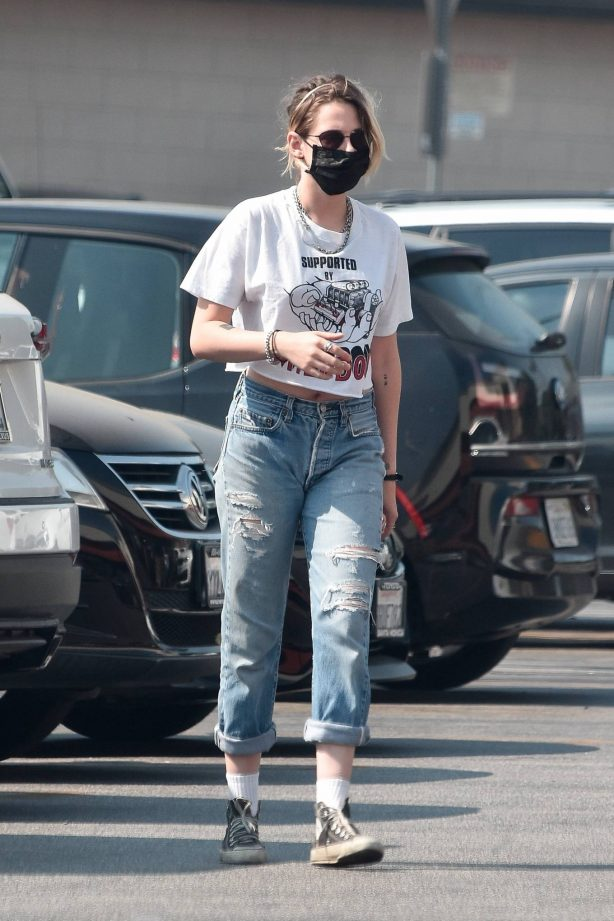 Kristen Stewart - In ripped denim goes grocery shopping at Gelson's in Los Angeles