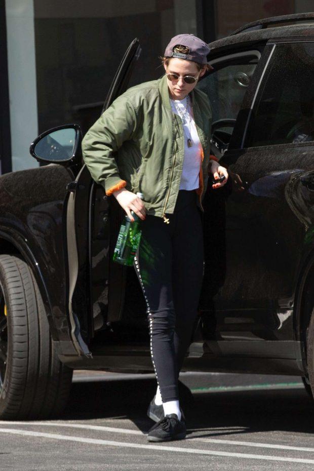 Kristen Stewart: Leaving a health spa -04