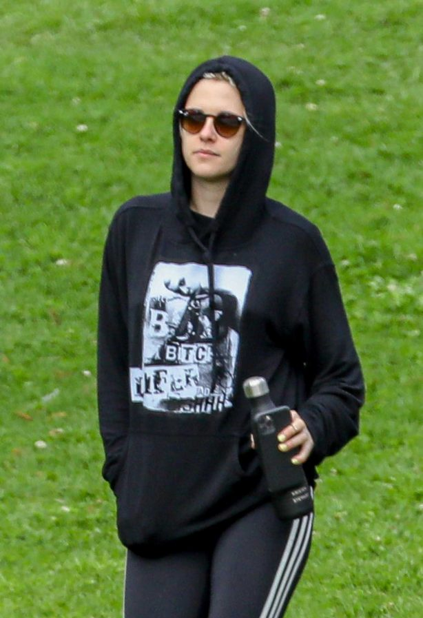Kristen Stewart - Relaxes in the park with friends after a hike in Los Feliz