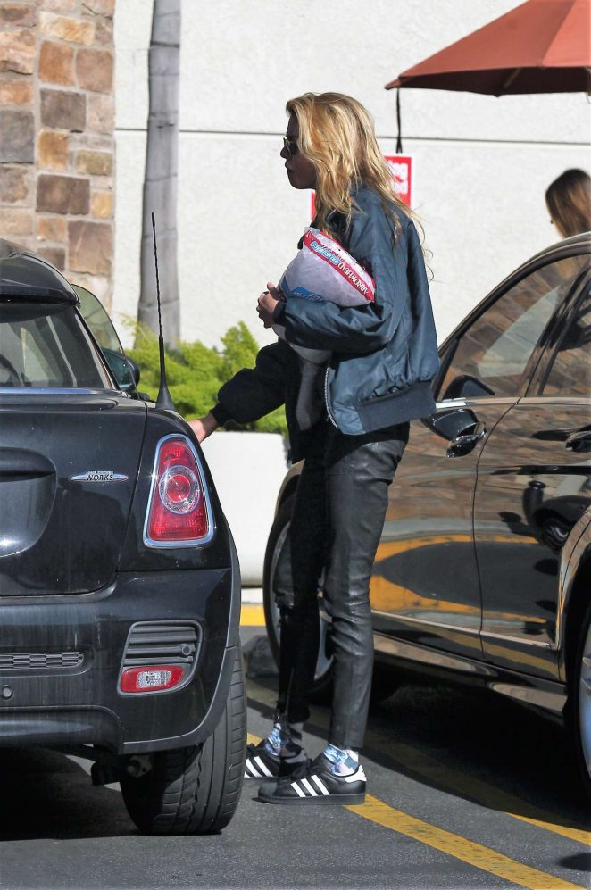 Kristen Stewart: Shopping at Gelsons -09