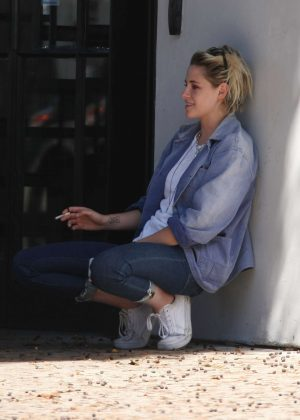 Kristen Stewart - Smokes out in West Hollywood
