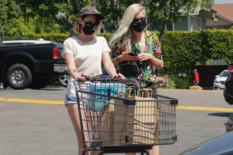 Kristen Stewart 2021 : Kristen Stewart – Witrh Dylan Meyer shopping at Gelsons in Los Feliz-01