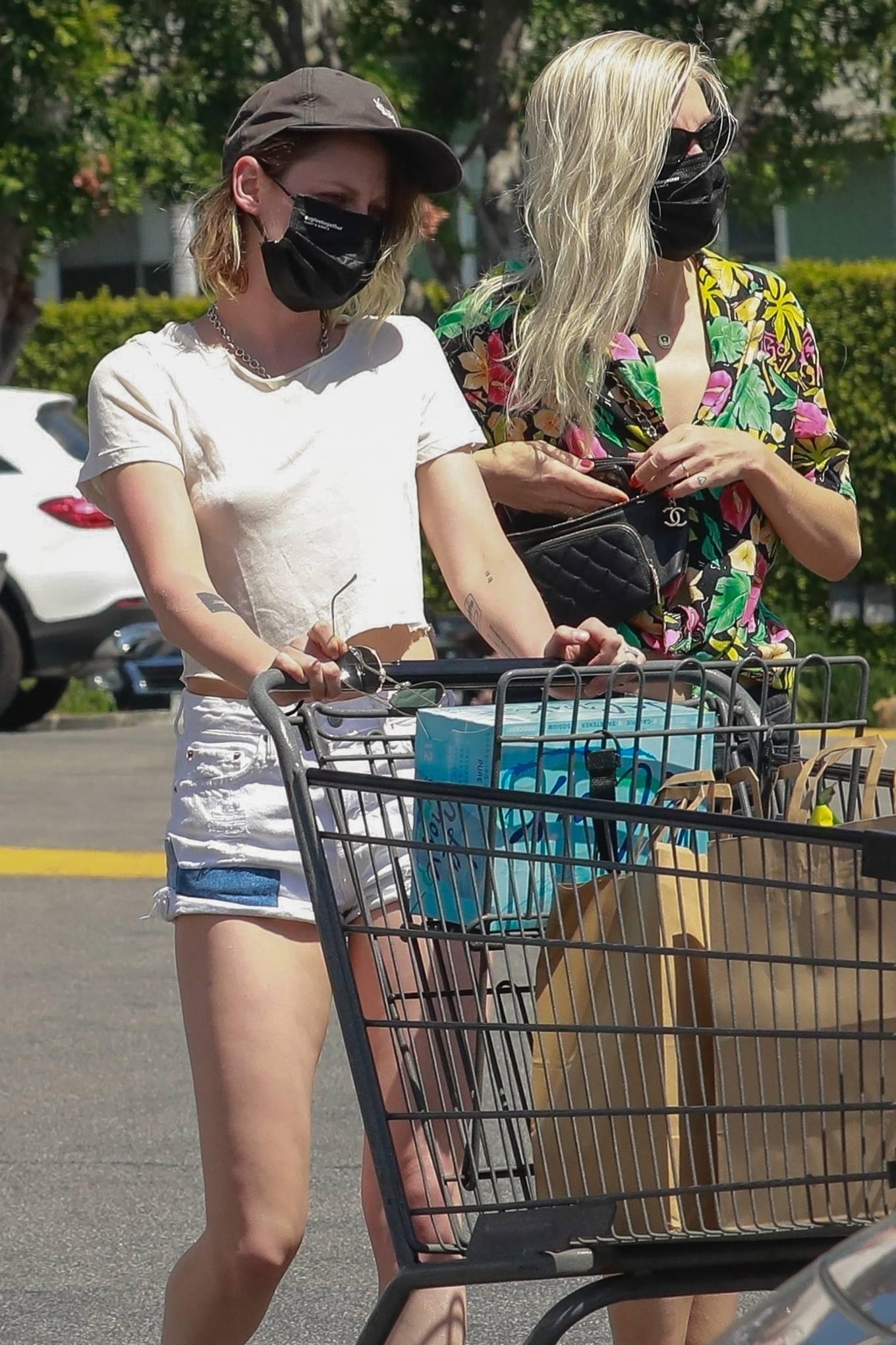 Kristen Stewart 2021 : Kristen Stewart – Witrh Dylan Meyer shopping at Gelsons in Los Feliz-02